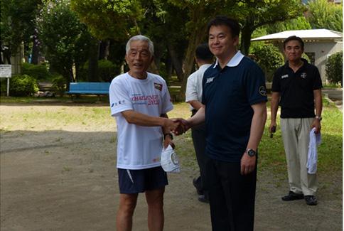 清水勇人さいたま市長と握手する主催の楠田氏(左)